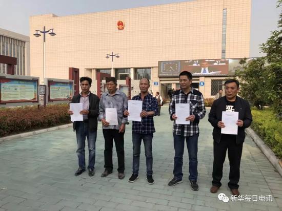 2018-08-20,案件改判后,周继坤(右一)等五人合影。 资料图片