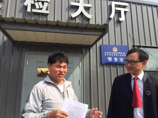 拿到无罪判决书的刘忠林。 新京报记者王巍 摄