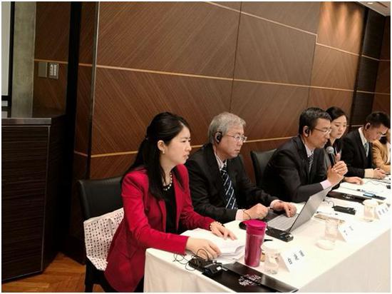 央视评论员白岩松(左三)在中日智库媒体高端对话会上发言。