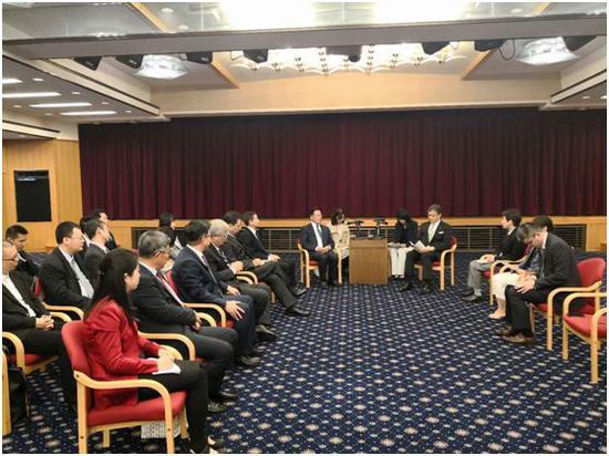 中国公共外交协会副会长胡正跃与日本外务省政务官堀井严会谈。