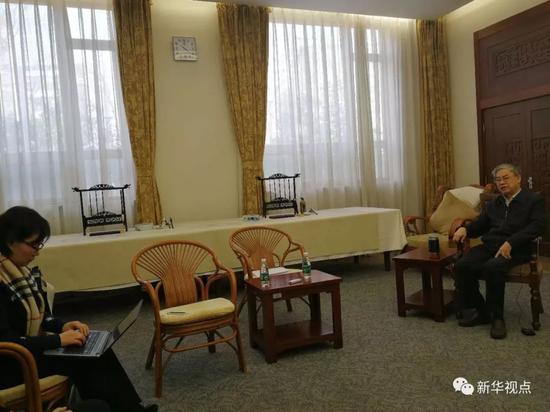 4月7日,记者在中国工程院采访邬贺铨院士。新华社记者郁琼源 摄