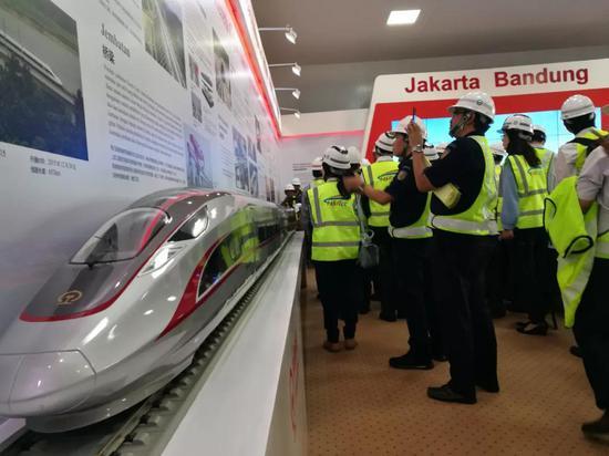 5月2日,雅万高铁展示厅里挤满了前来参观的中印尼各界人士。 新华社记者梁辉 摄