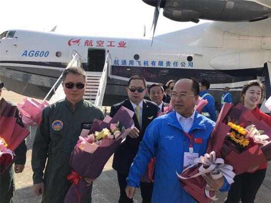 2017年12月24日,AG600总设计师黄领才(右)迎接首飞机组。新华社记者呼涛摄