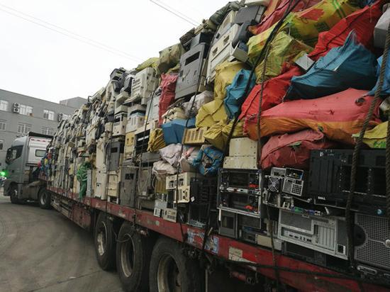 一辆满载着电子垃圾的大货车。图:梁宙/摄
