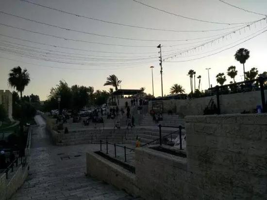 军警持枪守卫的老城大马士革门,巴勒斯坦青年在此聚集,但规模不大