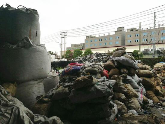 堆积的各种废弃品。图:梁宙/摄