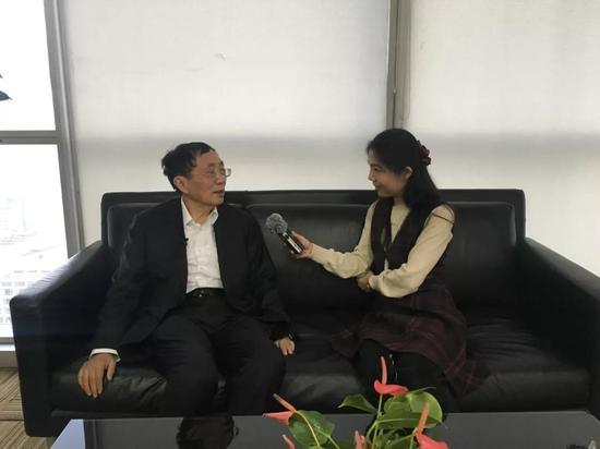 记者张棉棉采访温元凯