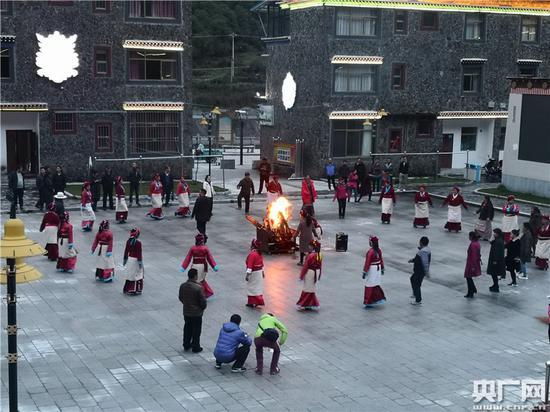 麻麻乡民众自发组织的篝火晚会 央广网记者刘一荻 摄