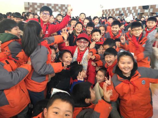 去年年底,六小龄童和上海的小学生们在一起。 受访者供图