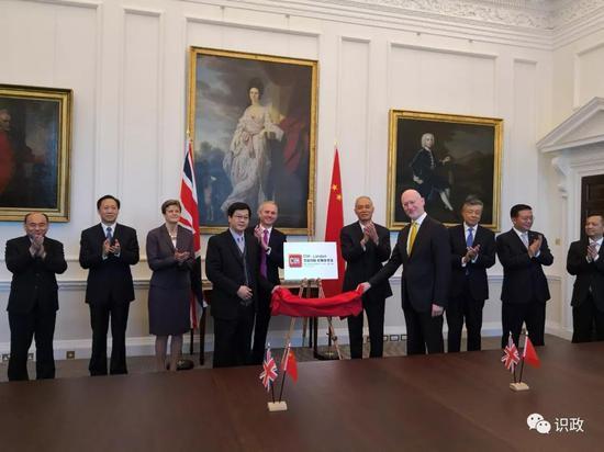 与英方领导人共同见证经贸、科技合作项目签约