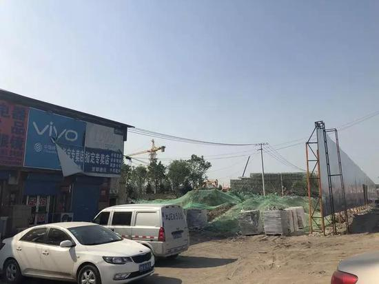 天津的房地产项目售楼处迎来的看房人流。本报记者郭婧婷/摄影