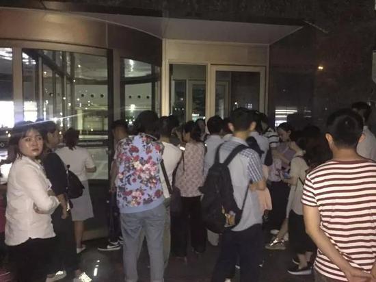 凌晨,仍有申请办理的人群在排队等待