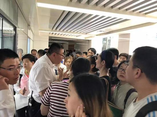 5月18日,天津市河西区行政办公大厅,申请办理落户手续的人挤满了办事大厅 本报记者郭婧婷/摄影