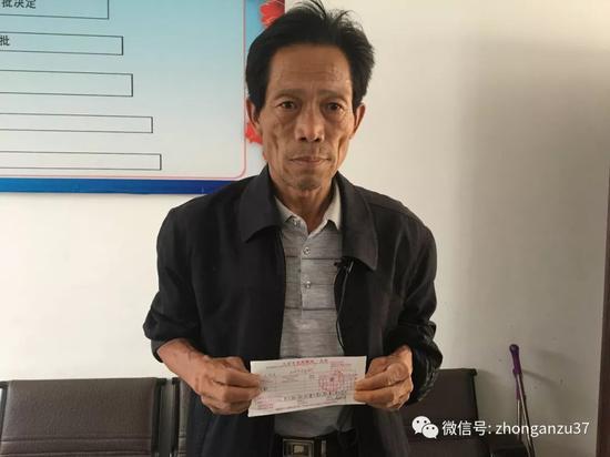 ▲5月25日,王凤雅爷爷出示捐款凭证。  新京报记者 逯仲胜 摄