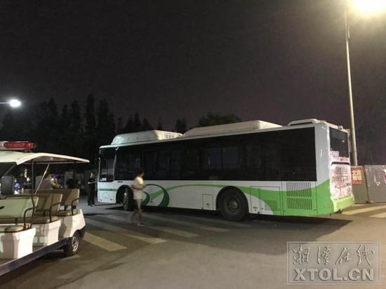 14岁少年擅自驾驶公交 在湘潭大学撞伤一名女学生
