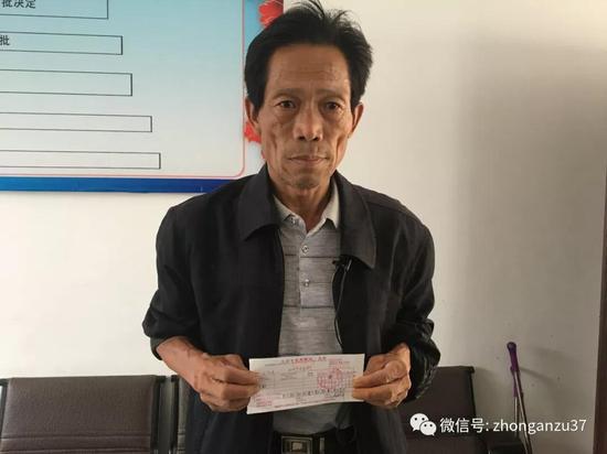 ▲5月25日,王凤雅爷爷出示捐款凭证。新京报记者 逯仲胜 摄