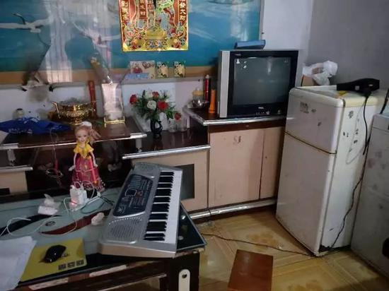 王凤雅家的客厅,30元的芭比娃娃和200多元的电子琴是凤雅确诊后杨美芹给她买的。实习生王露晓摄