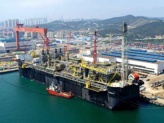 正在海油工程青岛场地码头建造集成中的P67