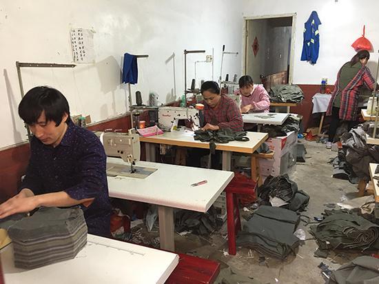 胡仁荣工作的成衣加工坊。本文图片均来自澎湃新闻记者 胡芮默