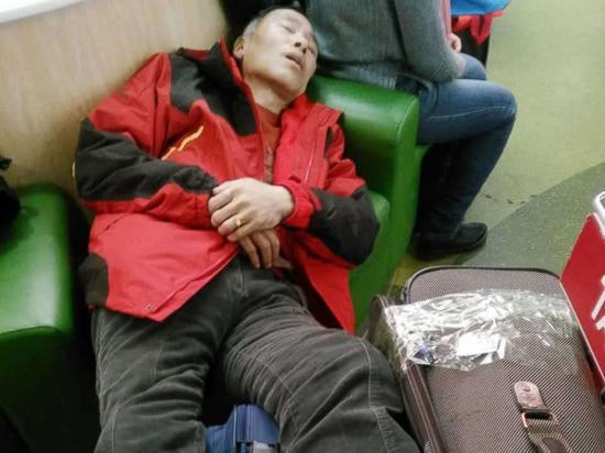崔先生被遣返图中疲惫不堪,只能在座椅上休息