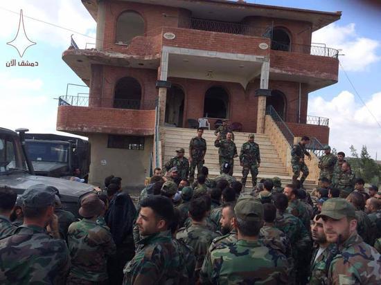正在南叙利亚集结的政府军官兵