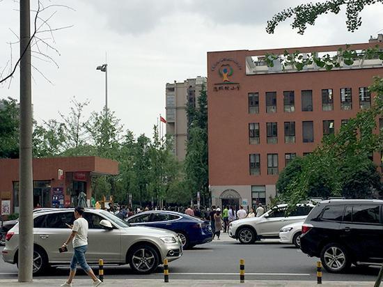 位于成都高新区锦尚西二路299号的成都市泡桐树小学(天府校区)