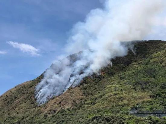九鹏基地附近山坡地发生大火。