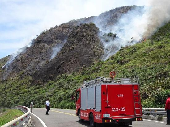 ▲靶机加力器的火苗引燃杂草造成山林大火,消防队赶来灭火。