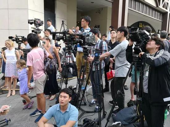▲金正恩下榻的瑞吉酒店外记者等候(摄影/环球时报 崔萌)