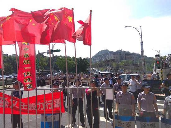 """台民众挂五星红旗抗议""""美国在台协会""""新址启用(中时电子报)"""