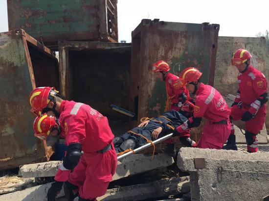 中国国际救援队队员在模拟废墟训练场训练