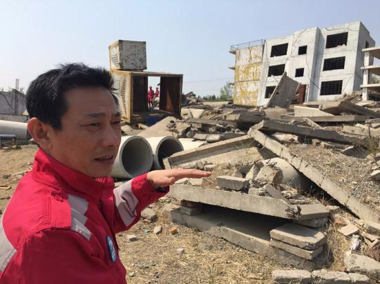 刘向阳在模拟废墟训练场向记者介绍救援方法