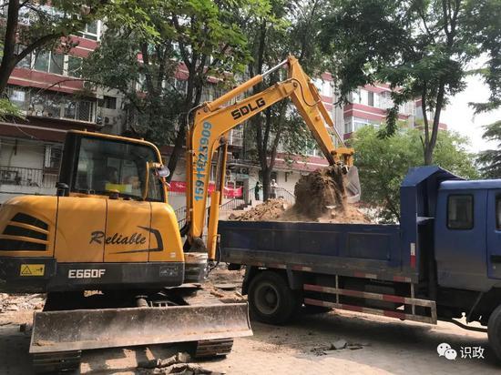 高碑店地区组织清运建筑垃圾