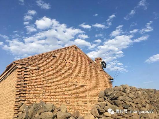 ▲村里随处可见的监控摄像头。新京报记者高敏摄