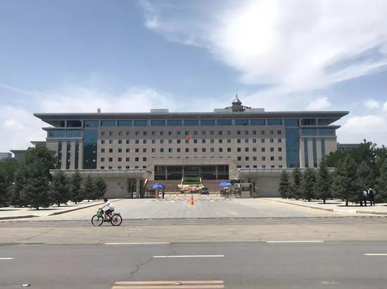 榆林市市委门口。新京报记者贾世煜 摄