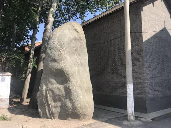 胡家祖宅背后的巨石,有5米多高。新京报记者贾世煜 摄