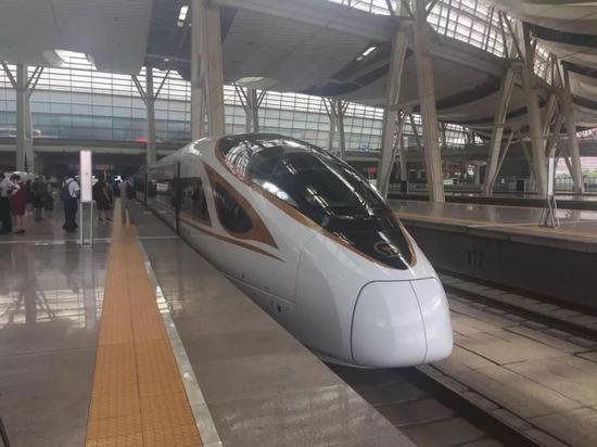 """△今天上午10时,16辆长编组""""复兴号""""动车组列车从北京南站驶出,开往上海虹桥站。"""