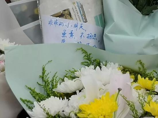 △7月4日白昼,已有不少上海市平易近在事发地摆放花束,吊唁罹难男童