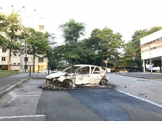 图为被焚毁的车辆(图片来源:法国西部报)