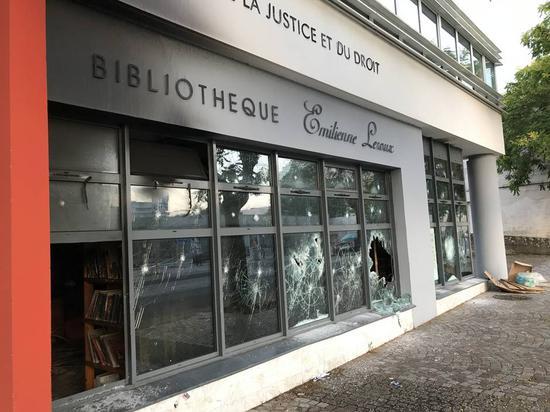"""图为当地图书馆与""""司法与法律中心""""被毁 (图片来源:法国西部报)"""