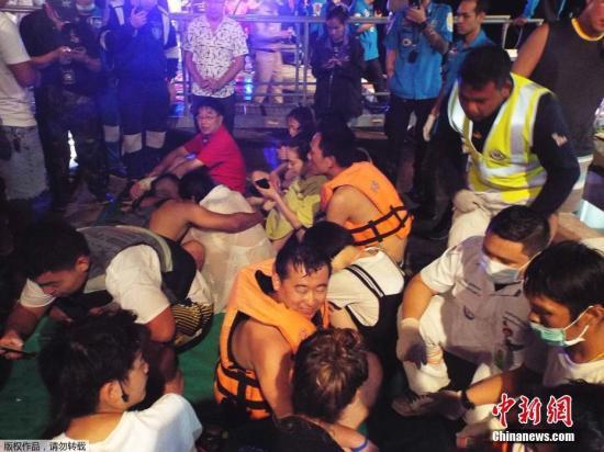 图为救援人员营救被困游客。