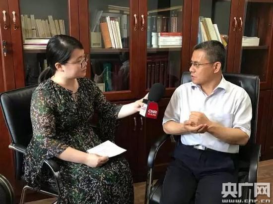 记者采访中共中央党校教授辛鸣