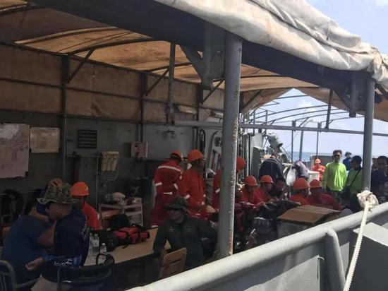 图为广州打捞局扶助人员在泰国海军功课舟上。(新华社记者杨舟摄)