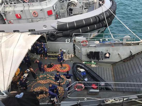 图为泰国海军舟筹备从船埠出发。(新华社记者杨舟摄)