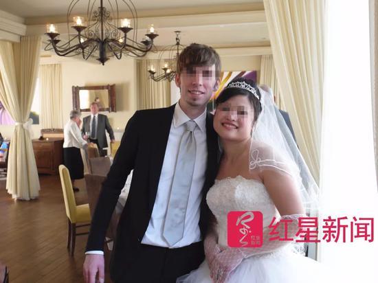 ▲迈克和付薇薇的结婚照  受访者供图