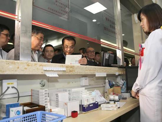 图为李克强总理今年4月11日在上海复旦大学附属华山医院考察民生迫切需求的药品供应及价格。
