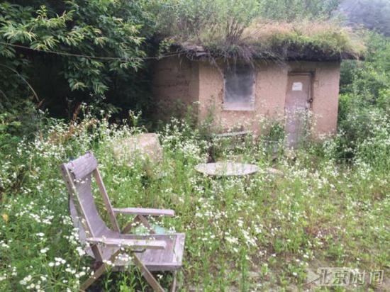 终南山大峪一处废弃的隐居茅棚。北京时间记者杨安平摄