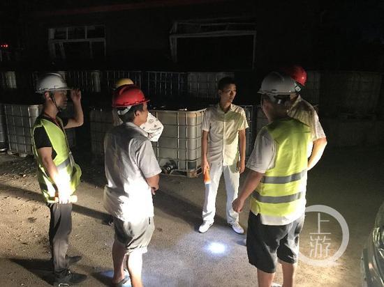 ▲环保局处事人员在场计划对于何如抽污水的题目。
