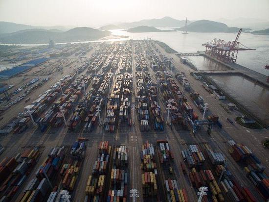 2017年5月9日拍摄的宁波舟山港穿山港区集装箱码头,以北仑港为中心的宁波舟山港年货物吞吐量连续9年位居世界第一。新华社记者 黄宗治 摄