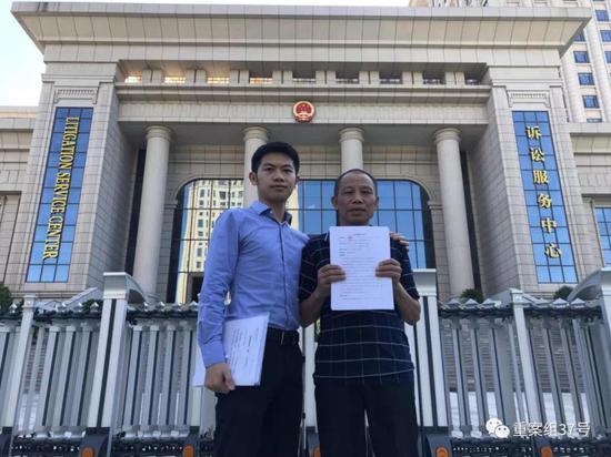 ▲今日提交完材料后,李锦莲和律师在江西高院门口合影。受访者供图